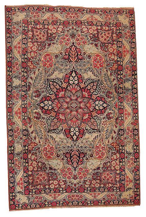 Handgemaakte antiek Perzisch Kerman Lavar deken 4.1' x 6.3' (125 cm x 192 cm) jaren 1880  Antieke Perzisch Kerman Lavar tapijt in beige en rode tinten. Dit tapijt heeft zeer drukke bloemmotief met allerlei loofwerk en bloemen bedekken. In het midden is er grote ornament in de vorm van bloem. Beige crimson en olijfbomen kleuren domineren op dit tapijt. Mooi stuk om uw huis te verfraaien.Het ontwerppatroon van Kerman tapijten zijn ook een duidelijke functie. Vaas tapijten een soort Kerman…