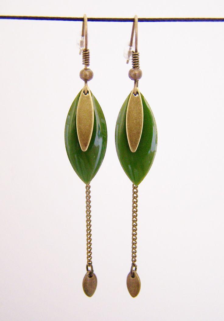Boucles d'oreille sequin émaillé vert olive et chaîne en laiton : Boucles d'oreille par les-bijoux-de-circe