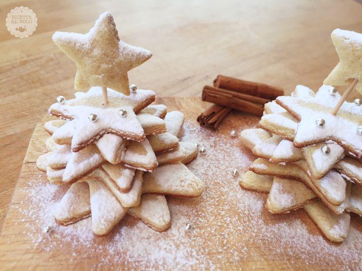 Alberelli innevati di biscotti http://www.ricettealvolo.it/alberelli-di-biscotti-arancia-e-cannella/