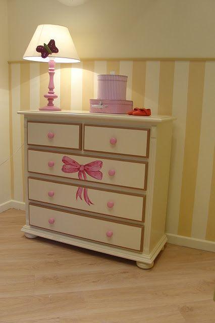 Maluj mi: Malowana komoda z różową kokardą.  Sweet room for girl.