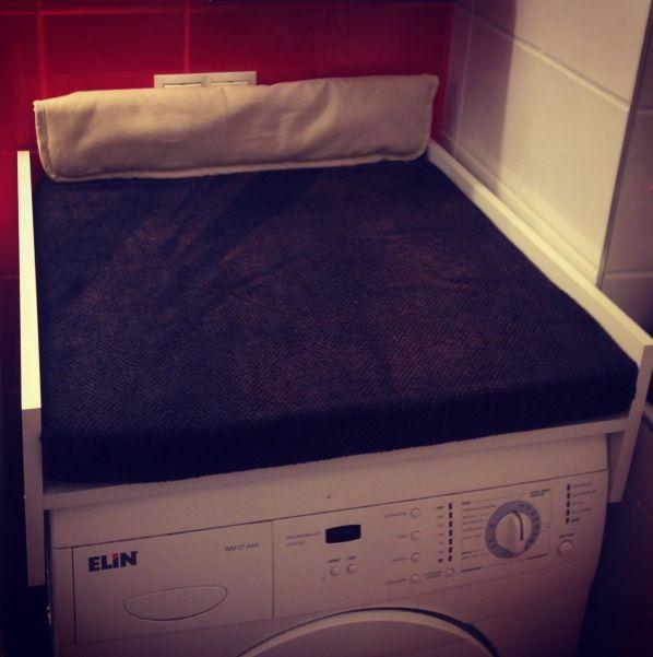 Wickelauflage für Waschmaschine DIY Waschmaschine 60x50 cm (wir haben uns dazu entschlossen die Waschmaschine ein Stück nach vor zu ziehen um etwas an Tiefe zu gewinnen) Bauhaus: 1x Pressspanplatte 16mm 60x60cm 2x Pressspanplatte 16 mm 20x60cm Spax Schrauben: um die Platten zu verbinden Schaumstoff 5x60x60cm :im Bauhaus oft sehr teuer - habe bei Ikea aus der Poäng Serie Polsterkissen um 11 Euro in der Fundgrube gefunden und diese zurechtgeschnitten - Handtuch drüber fertig