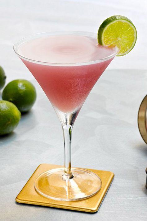 Cosmopolitan bajo en carbohidratos Ingredientes: 3 cucharadas soperas de vodka, 2 cucharadas soperas de zumo de arándanos light, una cucharada sopera de zumo de lima recién exprimido, 2 ó 3 gotas de extracto de naranja, 2 ó 3 cucharaditas de edulcorante artificial líquido. Preparación: poner todos los ingredientes dentro de la coctelera llena con hielos hasta la mitad. Servir en una copa de Martini y decorar con una rodajita de lima.