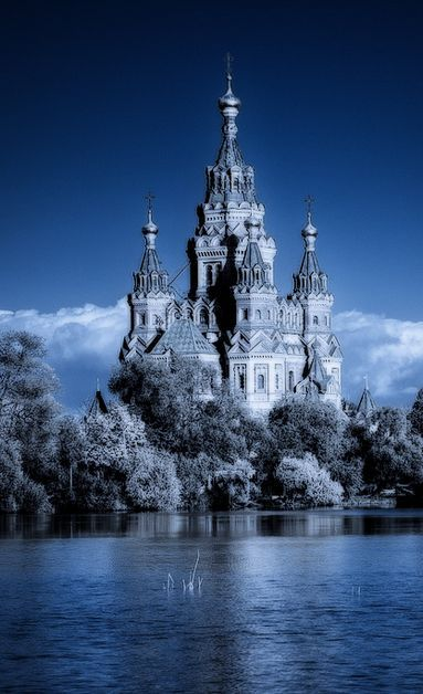 This Russian castle looks like a Fairy Tale come to life.