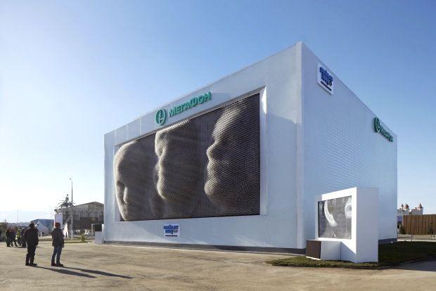 Megafaces – Asif Khan – Sotchi  « Megafaces » est une installation artistique réalisée par Asif Khan sur le site des Jeux Olympiques d'Hiver de Sotchi 2014. Il s'agit Mont Rushmore de l'ère numérique, constitué d'un écran Led cinétique (motorisé sur 10 000 vérins)  diffusant les images scannées en 3D des participants qui se sont photographiés. Installé sur la façade du Pavillon MegaFon cet équipement à été réalisé avec le concours de la société Suisse IArt.