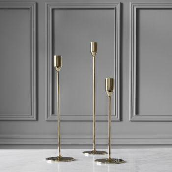 Skultunan ajattoman Nattlight-kynttilänjalan on luonut muotoilija Richard Hutten vuonna 2011. Häikäisevän elegantti kokonaisuus koostuu pyöreästä jalustasta, sirosta varresta ja pelkistetystä kynttilänpidikkeestä.