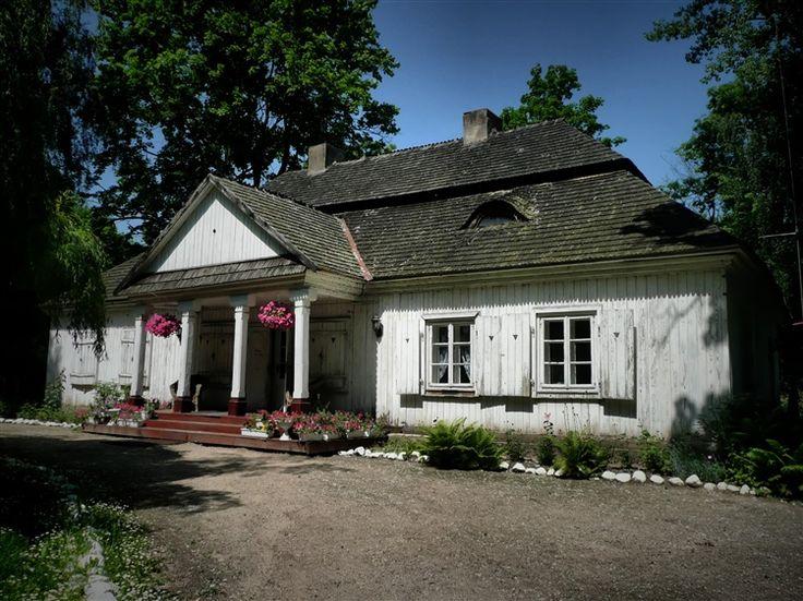 Dworek w Łękach Kościelnych. Wybudowany pod koniec XVII, lub według innych źródeł w I połowie XVIII wieku. Dwór ulokowany jest na kopcu – wyspie na stawie. Cały teren jest obecnie własnością prywatnej firmy i pełni funkcje biurowe.