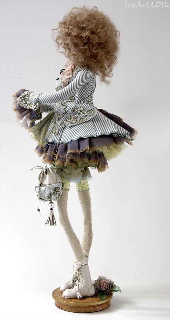 Elisa è una bambola fatta a mano arte originale. Lei è uno di un genere ed è stato interamente mano scolpita in paperclay senza utilizzare alcun stampi. Lei è un solido pieno scolpire sopra unarmatura metallica. Abito bambola è cuciti a mano in cotone, seta, decorato con pizzo vintage e non è rimovibile. Le scarpe sono di cuoio. Lei ha gli occhi di dipinti a mano. Peli sono fatte di capelli di agnello tibetano. Lei è dipinta con colori acrilici e oli e sigillata con vernice opaca. Bambola è…