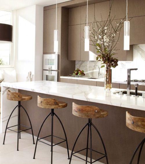 Cocina color chocolate con encimera y frente de mármol blanco | Chocolate kitchen with white marble bench top and splash back · ChicDecó