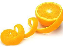 """Depois de saborear a fruta, nada de jogar a """"embalagem"""" no lixo! Rica em óleo essencial e ácido cítrico, a casca dá um sabor especialíssimo ao azeite, elimina manchas do micro-ondas, deixa"""