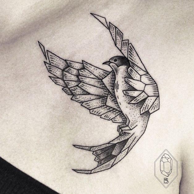 Traços delicados, desenhos geométricos e linhas finas definem o trabalho da tatuadora Bicem Sinik.