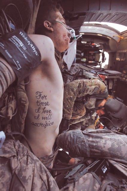 """Le parole del tatuaggio del soldato ferito, Kyle Hockenberry, diventano realtà: """"Per coloro che amo mi sacrificherò"""""""