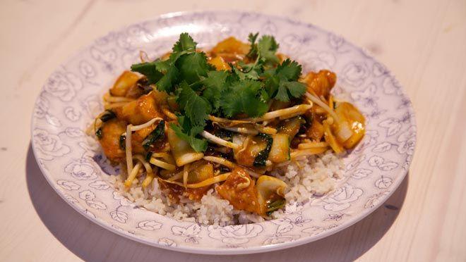 Kip in kerrie-ananassaus - De Makkelijke Maaltijd   24Kitchen (gebruik tofu of valess wok blokjes ipv kip)