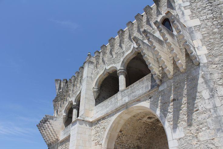 É um dos castelos mais pequenos do país, mas também um dos que guardam maiores dúvidas quanto à sua origem