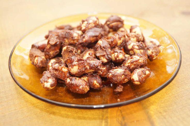 おつまみというとしょっぱいものが多いですが、日本酒やウィスキー、ブランデーには甘いおつまみがよく合います。そこで今回は、落花生を使って簡単にできる甘いおつまみをご紹介!余ったバターピーナッツでも作れる手軽でおいしい一品です。