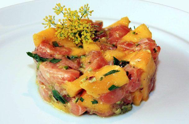 La tartare di salmone e mango è una ricetta fresca e profumata, da gustare come secondo quando fa molto caldo, ma è perfetta anche come anti...