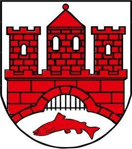 http://www.deutschlanddeutsch.ru/germaniya/goroda/2609-vernigerode.html  Вернигероде  Вернигероде город в Германии в федеральной земле Саксония-Анхальт. Население, в 2001 году составлявшее 34 000, к июню 2004 года сократилось до 24 000 человек.  Первое поселение на месте Вернигероде появилось в период вырубки лесов (IX — XII век). По свидетельству хроники 1566 года «Варингероде» существовало уже в 938 году. Первое письменное упоминание о Вернигероде встречается в документах 1121 года, когда…