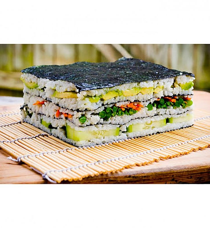 Le sushi cake se décline aussi en format carré, entouré d'algues nori !