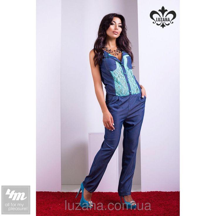 Комбинезон Luzana «Аркадия» (Синий)  Стильный комбинезон с брюками выполнен из легкого материала, имитирующего джинсовую ткань. Гипюр на спинке и по полочке добавляет изделию легкости, а брюки свободного покроя не стесняют движений. Талия слегка занижена, на резинке, имеются шлевки для пояса. Декоративный элемент комбинезона - пуговки, инкрустированные камнями мятного цвета, в тон гипюра. На брюках предусмотрены удобные карманы. Если вы ищите альтернативу брючному костюму, то модель Аркадия…