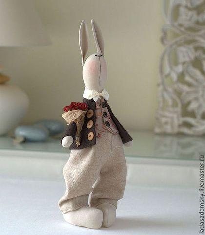 Купить или заказать Свадебный зайчишка Andri  -  35 см в интернет-магазине на Ярмарке Мастеров. У зайчика Андри очень важное событие - свадьба. Он решил, что коричневый пиджак и светлые брюки из итальянской шерсти , а также нарядный шелковый жилет - это лучшее решение для красивого и романтичного события :)) Этoт зайка нового для меня ростика . С ушками 35 см. -------------------------------------------------------------------- Текстильная игрушка, сшита из 100 % плотного хлопка.…