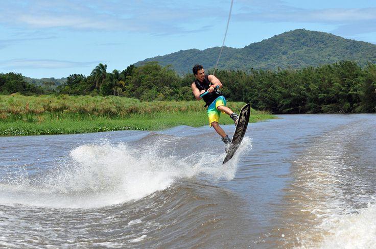 Un Híbrido entre Surf y Esquí acuático.