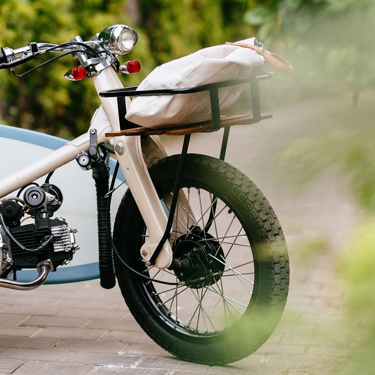 The Bengkel Boys over at the @deustemple just tightened the last bolt on their latest two wheeled labor of love. Dubbed 'The Sea Sider'. ⠀⠀ ⠀⠀ This modified Honda C70 is the perfect neighbourhood cruiser, longing for early morning surf checks and afternoon rides through the paddy fields. ⠀⠀ Head over to deuscustoms.com or click the link in our bio for more photos. ⠀⠀ ⠀⠀ As seen on @bikeexif ⠀⠀ ⠀⠀ #deustemplebikes
