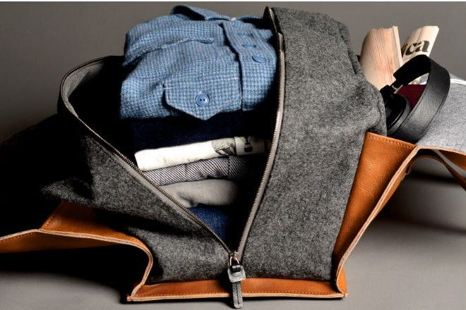 Походная сумка Hard Graft из шерстяного войлока и дубленой кожи выглядит круто и обеспечивает удобство в путешествии. Вещи первой необходимости, включая одежду, можно носить под верхним карманом-клапаном.