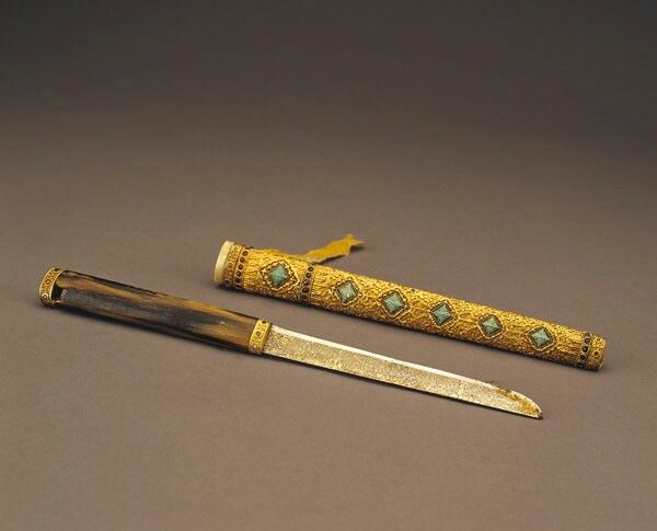 Dagger with gold sheath inlaid with turquoise, Qing Dynasty. Collection of China National Palace Museum, Beijing