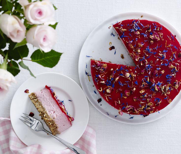 Denne cheesecake med lakrids og hindbær passer perfekt til de lune dage og byder på livsglæde, kulør og smagsoplevelser til festen og gæsten.