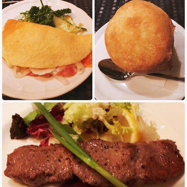 人生初めてのロシア料理✨💯🇷🇺 … サーモンと玉ねぎのマリネをロシアのクレープ生地#ブリヌイ で包んだお料理。 玉ねぎのくさみが全くなくてクレープと合う! … マッシュルームの #つぼ焼き クリーム煮。パンがキノコ頭になってるやつ🍄 食べるのに夢中で壺の中のクリームの写真撮るの忘れた🎵 … ロシアウクライナ方面の肉料理 #シャシリク #やわらか #仔羊 #肉 でございます😍 黒いピリ辛な薬味がついてきてお肉につけて食べたらちょーうまいだったけど、なんていう薬味なのか忘れた。 … とにかく料理の名前が長くてきれいさっぱり全部忘れた(ブリヌイとかはインスタ用にググッた😂) … #ロシア料理 #ロシア料理店  #russian #新宿 #shinjuku (⋈◍>◡<◍)。✧♡