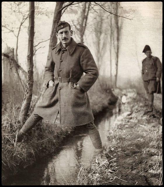 ΦΩΤΟΓΡΑΦΟΙ ΣΤΗΝ ΑΛΒΑΝΙΑ-ΕΛΛΗΝΟΙΤΑΛΙΚΟΣ ΠΟΛΕΜΟΣ-1940-WWII-ΦΩΤΟΓΡΑΦΙΕΣ ΑΠΟ ΤΟ ΑΛΒΑΝΙΚΟ ΜΕΤΩΠΟ-Kουβαλώντας φωτογραφική μηχανή ο Xαρισιάδης μόνο για αναμνηστικές λήψεις, όπως αυτή, ένα τυχαίο συμβάν στάθηκε αφορμή να αναλάβει καθήκοντα επίσημου στρατιωτικού φωτογράφου. Πότε μόνος, πότε ομαδικά με άλλους, δεν διαγράφει τις αναμνηστικές λήψεις, ούτε βέβαια τις καλλιτεχνικές.