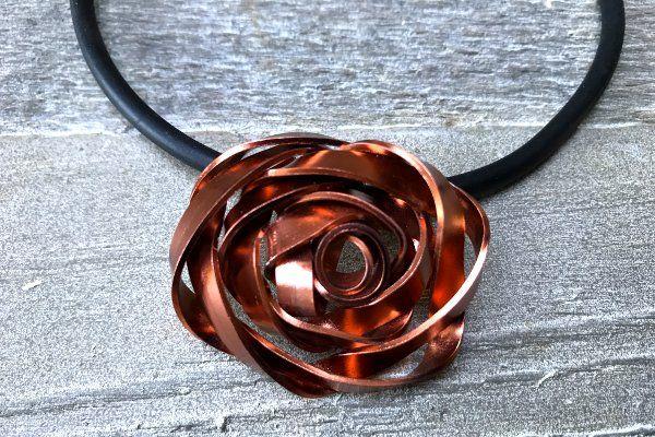 Roselilly sieraden - Ketting Roos van breed aluminiumdraad