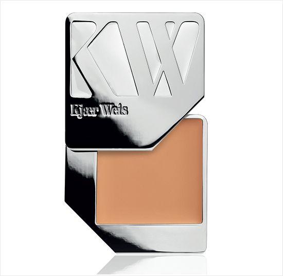 KJAER WEIS Cream Foundation - base compacta cremosa hit entre as celebridades, criada pela maquiadora dinamarquesa Kjær Weis. Feita c/ ingredientes não irritantes, tem acabamento porcelana, cobre rosácea/acne sem prejudicar a pele. A embalagem é perfeita p/ levar na bolsa e tem refil. Disponível em 7 cores. Vende online, NET-A-PORTER, melhores lojas de cosméticos da Europa, EUA. Preço Médio: US$ 68. #cosmeticdetox  #maquiagem #makeup #organico #organicbeauty #fondeteint #kjaerweis…