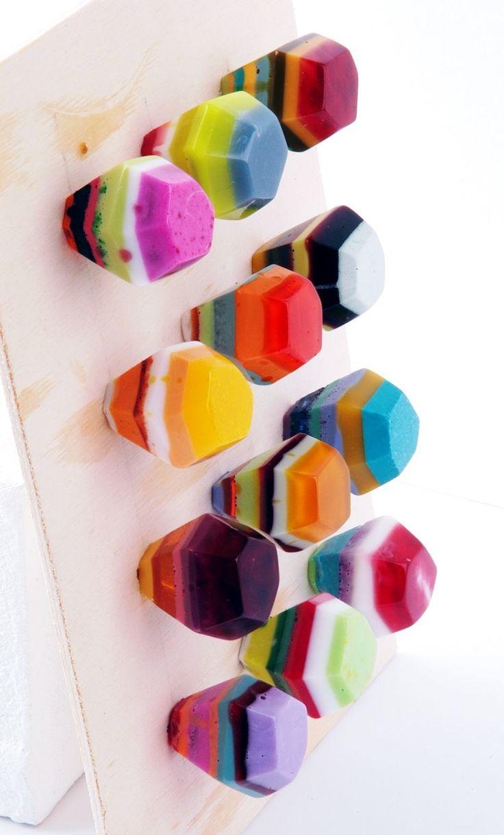 Diamant-Möbelgriffe im Streifenmuster aus Kunstharz von Edna Mo.