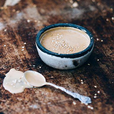 Tahini är en slät sesamsås, eller paste, med mycket smak av just sesam. Mixa med vitlök, lime, japansk soja och honung till en gudomligt god dressing. Ringla tahinidressingen över en matig sallad, bjud till falafel i bröd eller ha som dippsås till grönsaksstavar.