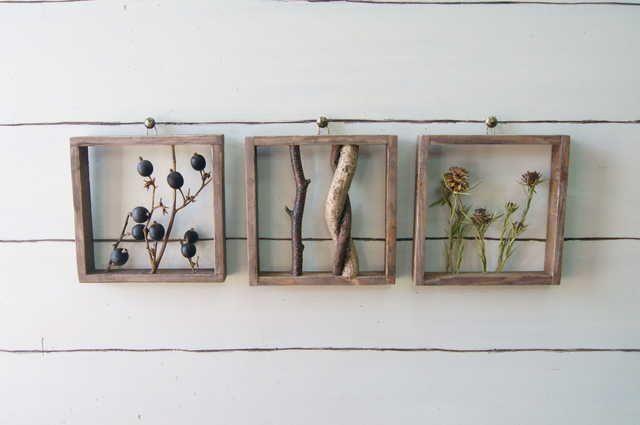 小振りなパネル3枚セットです。並べて飾ってもよし、一枚ずつ違うところに飾ってもよし・・・アンティーク調に仕上げた自家製フレームにドライフラワーや小枝をはめこみました。上部に取り付けようの紐を取り付けていますので画鋲等で固定してください。製作直後の画像のた...