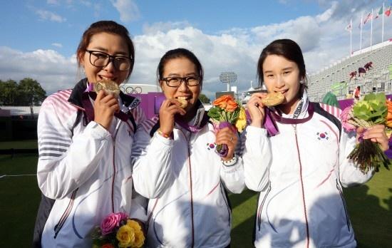29일 오후(현지시각) 런던 로즈 크리켓 그라운드에서 열린 2012 런던올림픽 여자양궁 단체전 결승에서 우승을 차지한 여자양궁 단체팀의 최현주(왼쪽부터), 이성진, 기보배가 경기 후 활짝 웃고있다.