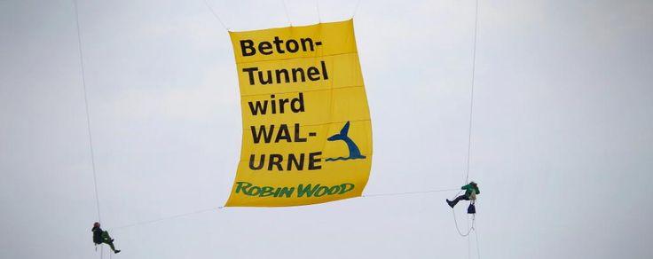Flagge zeigen gegen Fehmarnbelt-Tunnel ROBIN WOOD-AktivistInnen hissen Protestbanner an Fehmarnsundbrücke und auf Segelschiff