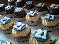 21st birthday cupcakes - simple + sweet // perfect for the early family party with family... little siblings