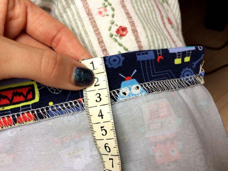 Jak ušít tričko a jak olemovat průkrčník - zrychlená metoda-Okraj rukávu podehneme do rubu. Záleží vždy na tom, jaké jsme zvolili při stříhání látky přídavky na lemy, já doporučuji 3 cm.