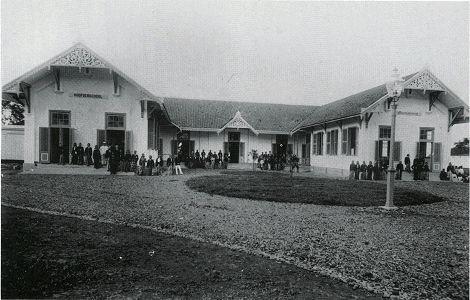 Hoofdenschool te Bandoeng 1900, vóór de reorganisatie tot Osvia (KITLV, Foto-archief 5181)