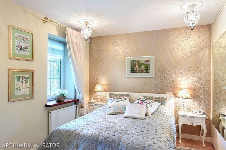 Stylowa sypialnia w jasnych, stonowanych kolorach.