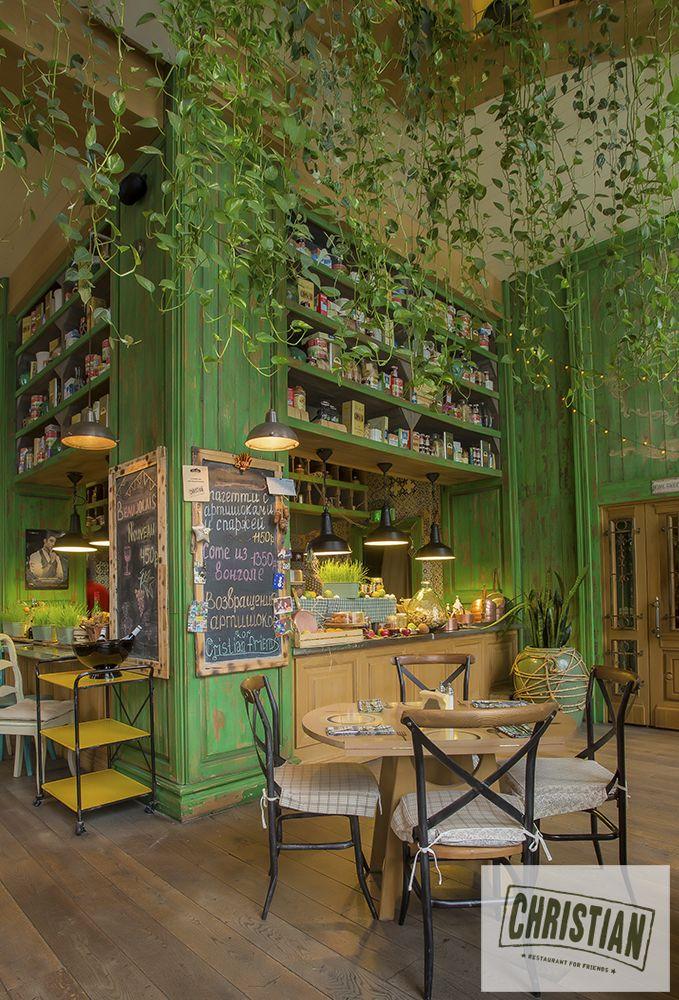 Интерьер ресторана Christian в домашнем тосканском стиле со стеной из зелени и яркими деталями
