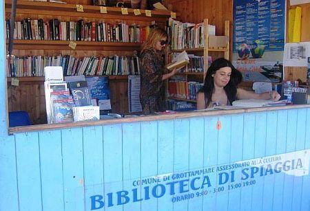 Biblioteca di Spiaggia a Grottammare - Si legge in riva al mare