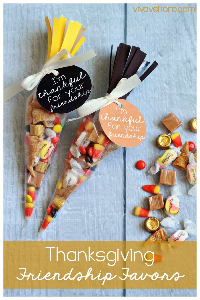 These Friendsgiving or Thanksgiving favors are super cute and can be used as place cards and favors. FREE printable included! #Friendsgiving #Thanksgiving