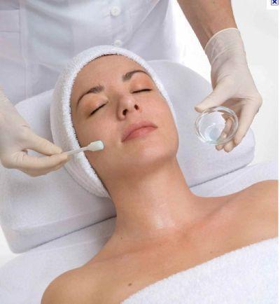PEELING QUÍMICO DE ÁCIDO GLICÓLICO AL 35% Y 50% Los peeling químicos están muy de moda por los resultados que se obtienen. Son realmente efectivos para tratar muchos problemas de la piel. Si tu problema son las manchas, hiperpigmentación de cualquier índole (melasma, solares, manchas del embarazo, manchas de acné, etc.), el acné, las arruguitas, el tono apagado, los poros dilatados....con este peeling químico de ácido glicólico, lo solucionarás. Es el mismo tipo de peeling que hacen en los…
