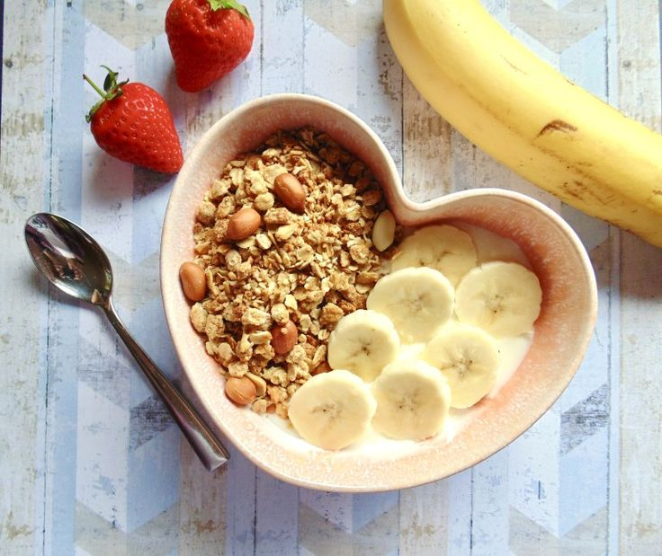 Peanut Butter Me Up granola on natural yoghurt and sliced bananas - http://maverickbaking.com/breakfast-by-bella-review/