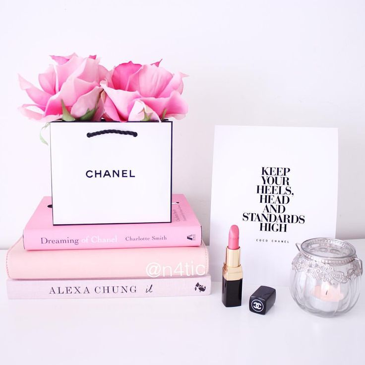 [ C h a n e l ] Hello lovelies! I love Chanel, coffee table books, and roses! If you like this artwork with the Chanel quote visit my shop at Etsy and you can download the printable! Link is in my bio   Buen día amores! La mejor combinación: Chanel, los libros y las rosas! Si os gusta la lámina con la frase de Chanel podéis visitar mi tienda en Etsy y descargar el imprimible!  El enlace está en mi bio