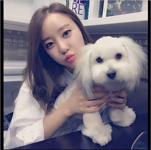 woori goo w/ her pet? or maybe her muppet :v