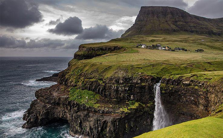 Explora o desconhecido! Lê a história da utopia vulcânica que são as Ilhas Faroé, onde uma comunidade divertida vive em harmonia com o seu meio ambiente dramático.