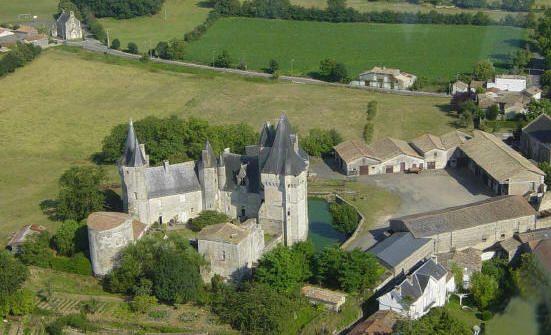 65- vue d'avion du château de Cherveux avec sa ferme. -  § CHERVEUX: Cette première construction date des Lusignan au 12°, 13°, 14°s. Mélusine construisait les châteaux en une nuit, en transportant les pierres dans sa dorne... et la détruit aussi rapidement, après le divorce avec Raymondin. Il appartenait, alors, à la fille de Hugues VI de Lusignan.